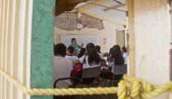 Alumnos de Oaxaca siguen tomando clases en aulas de plástico