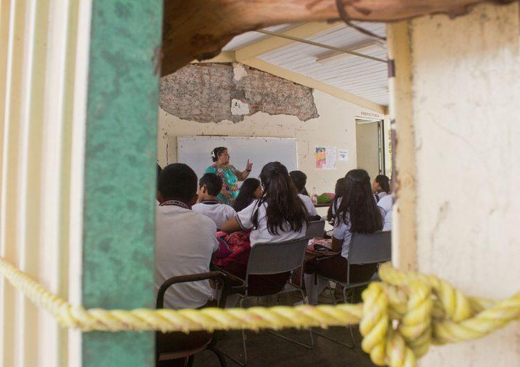 alumnos-oaxaca-clases-aulas-plastico
