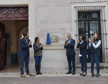 Devela Noel Mata placa que cataloga al Palacio Municipal Patrimonio Histórico