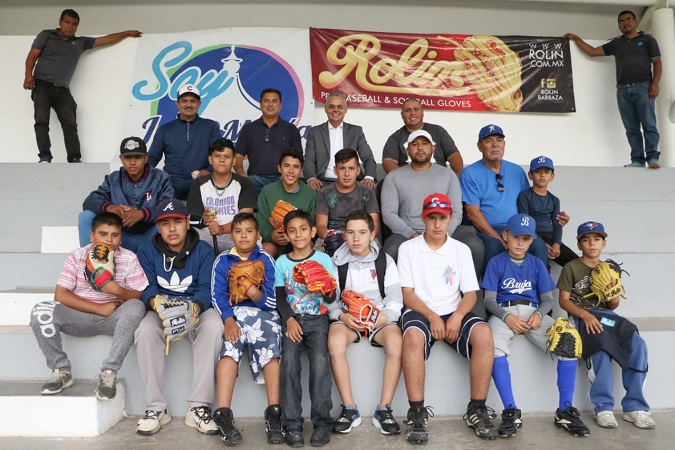 Dotan material deportivo a academia municipal de beisbol en Jesús María