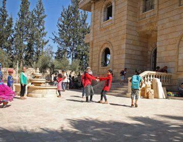 Una mansión abandonada sirve de escuela para niños sirios