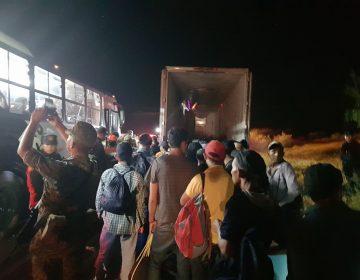 Encuentran a 119 migrantes en la caja de un tráiler en el municipio de Bravo