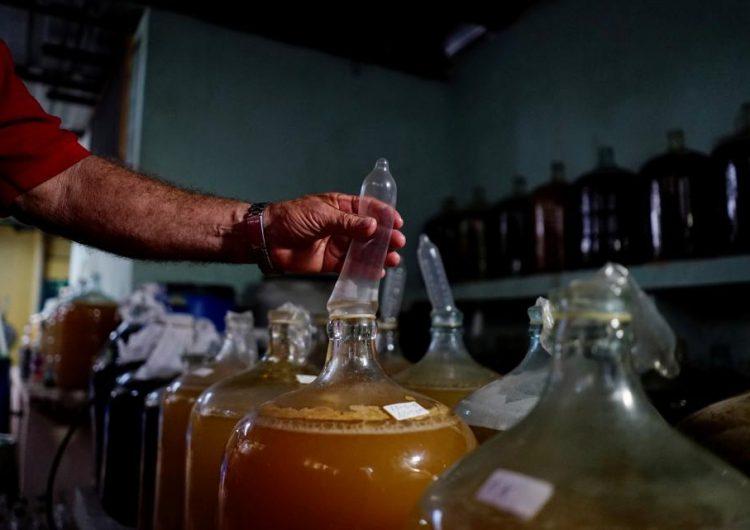 En Cuba, los condones también pueden pescar, arreglar tu auto y hacer vino