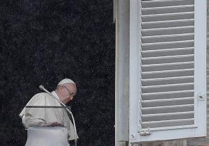 """Papa Francisco promete combatir """"la plaga"""" de los abusos en la Iglesia; prelado lo acusa de encubrirlos"""