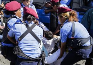 Bombas, golpes y arrestos: Policía reprime protesta contra el gobierno de Ortega en Nicaragua