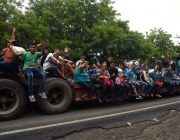 Caravana migrante sigue camino a México pese a amenazas de Trump y llegada de policías a Chiapas