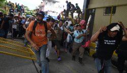 Miles de migrantes rompen cerco policial y cruzan hacia México