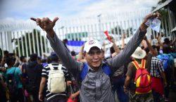 Caravana migrante: así inició el cruce de hombres, mujeres y…