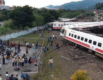 Descarrilamiento de un tren en Taiwán deja al menos 22 muertos y 171 heridos