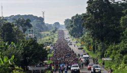 Miles de migrantes reanudan su camino en Mexico hacia Estados…