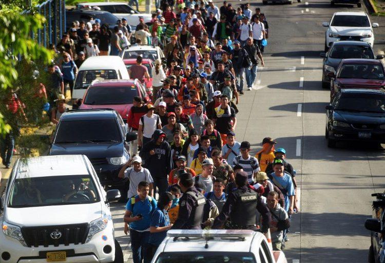 Surge nueva caravana migrante en El Salvador; Guatemala blinda frontera con México