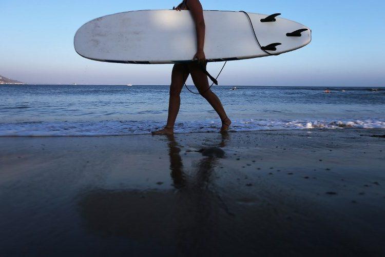 Surfistas le ganan a millonario: las playas de California estarán abiertas para todos, determina Corte Suprema