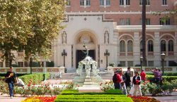 Universidad de California pagará 215 mdd a estudiantes por casos…