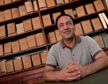 Detienen a alcalde italiano por ayudar a decenas de inmigrantes que llegaron a su poblado