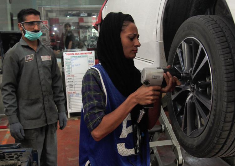 Mujer pakistaní rompe esquemas en su país trabajando como mecánica