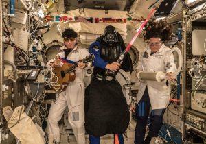 Para celebrar Halloween, astronautas se disfrazan en la Estación Espacial Internacional de la NASA