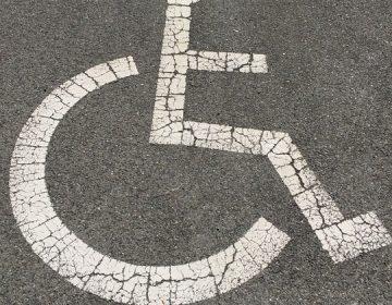 Proponen multas por uso indebido de cajones de estacionamiento para personas con discapacidad