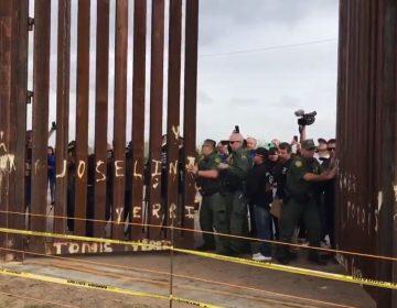 Abren muro en la frontera de México-EE. UU. para que se den un abrazo 250 familias
