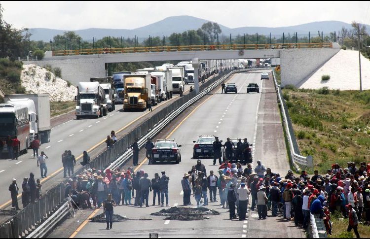 Habitantes de Palmarito Tochapan cierran la autopista