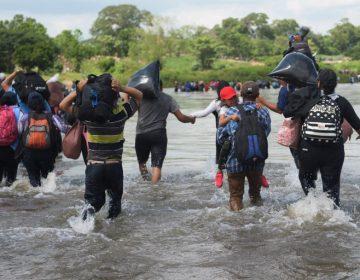 Huyendo de la violencia y el desempleo, más de mil salvadoreños cruzan de Guatemala a México rumbo a los EE. UU.