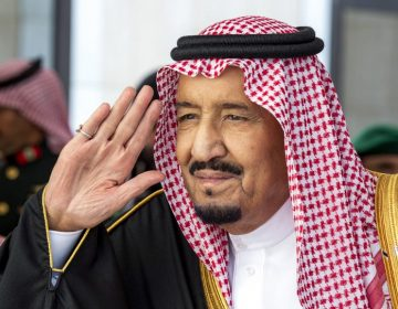 El rey saudí apoya a su heredero tras el asesinato de periodista; elogia la justicia de su país