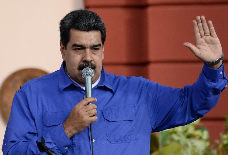 Ciudadanos y académicos se manifiestan contra asistencia de Maduro a toma de protesta de AMLO