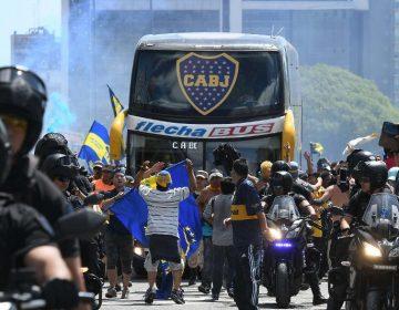 Ataque de fanáticos del River a camión del Boca pospone la final de Copa Libertadores; se jugará hasta el domingo