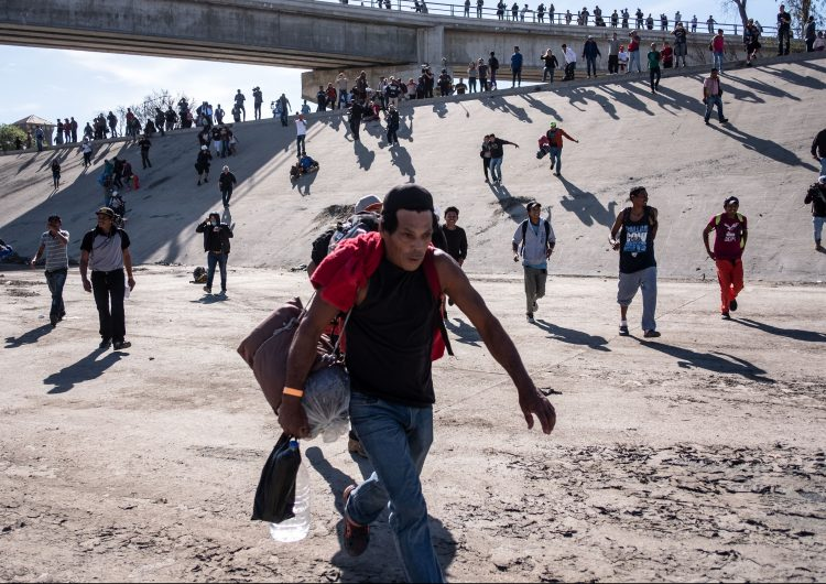 México deporta a 98 migrantes por intentar cruzar de forma violenta hacia EE.UU.