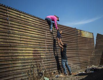 Migrantes intentan saltar la valla fronteriza en Tijuana; autoridades de EU les lanzan gases lacrimógenos