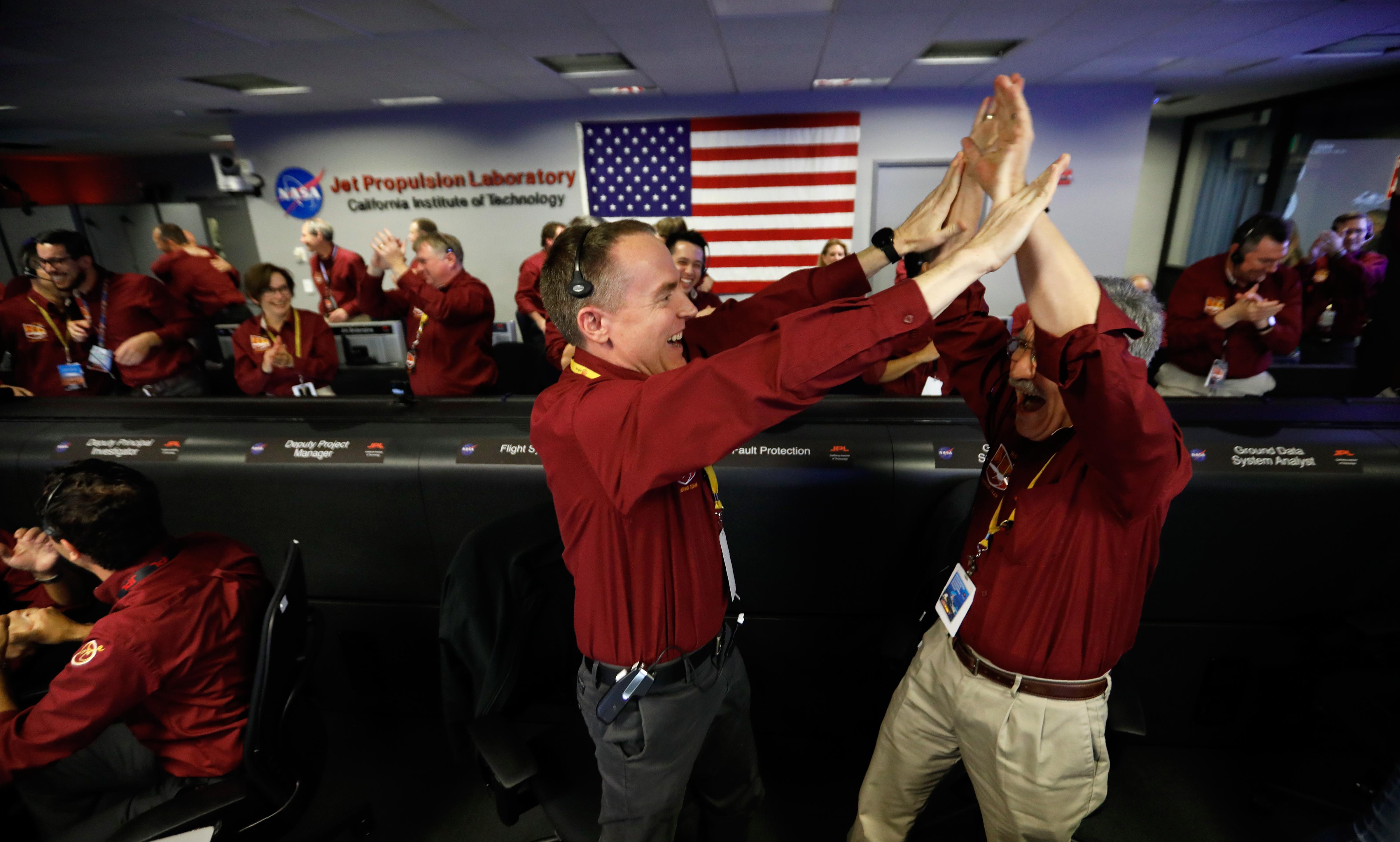 Ingenieros de la NASA celebran el aterrizaje exitoso de la sonda InSight en la superficie de Marte. Foto: AFP.