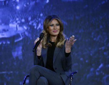 """Melania Trump dijo a estudiantes universitarios que a veces tienes que """"contraatacar""""  el ciberbullying en redes sociales"""