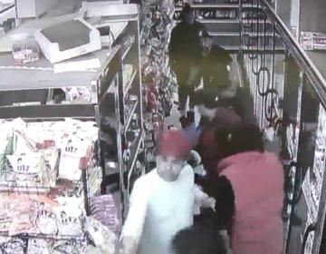 Hispano salva de golpiza a menor que era atacado por un grupo en tienda de Estados Unidos
