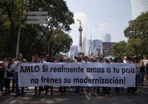 Marchan en CDMX contra consulta que llevó a la cancelación del aeropuerto en Texcoco