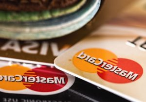 AMLO frena iniciativa sobre comisiones bancarias; la banca sigue a la baja