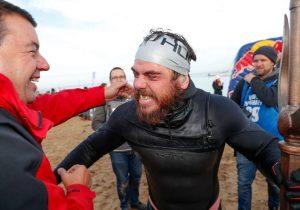 Aventurero hace historia: es la primera persona en nadar 2,800 kilómetros alrededor de Gran Bretaña
