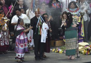 AMLO recibe el bastón de mando y promete que los pueblos indígenas serán prioridad en su gobierno