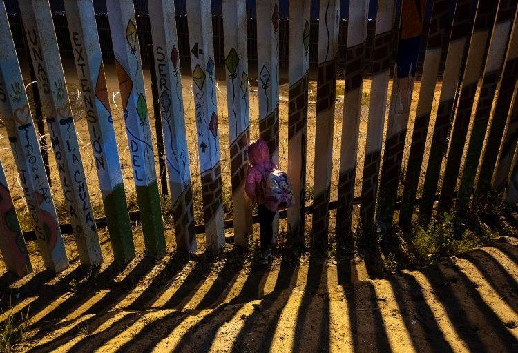 Migrante de 2 años se lesiona tras caer de cerca fronteriza mientras su familia intentaba cruzar a EE. UU.
