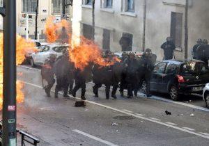 Por protestas, policía de París pide cerrar los comercios de los Campos Elíseos