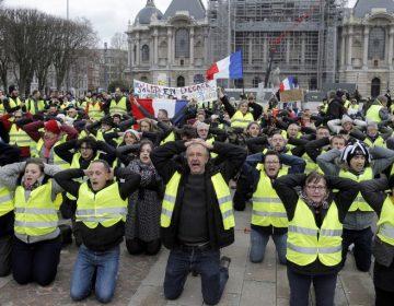 """Macron anuncia la subida del salario mínimo ante las protestas de los """"chalecos amarillos"""""""