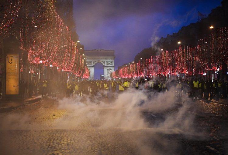 Disturbios en Francia durante protestas dejan más de 1,400 detenidos, violencia y saqueos