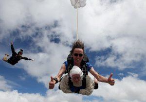 Una mujer de 102 años hace historia al lanzarse de un paracaídas