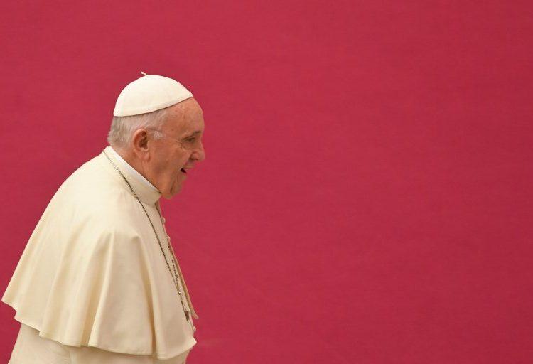 Separan a 2 cardenales consejeros del papa por escándalos de pedofilia, pero no enfrentan cargos ante la ley