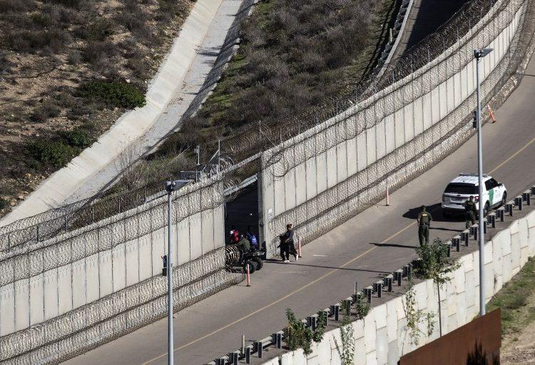 Aceptan para el proceso de asilo en EE. UU. a mujer que fue fotografiada huyendo de gas lacrimógeno con sus hijos