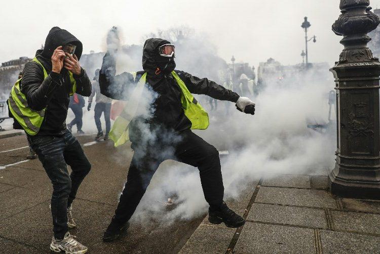"""Desalojan con gases lacrimógenos a centenares de """"chalecos amarillos"""" en Francia"""