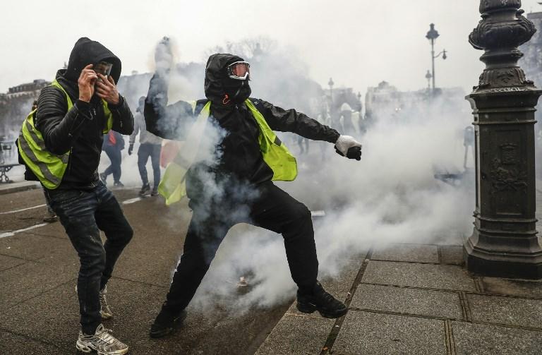 Los 'chalecos amarillos' protestan en París por sexta semana consecutiva (vídeo)