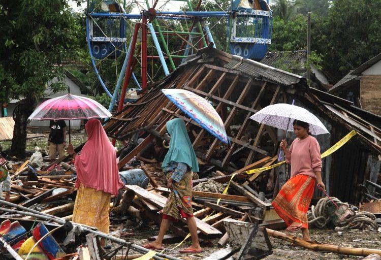 Sube a 373 el número de muertos por tsunami en Indonesia; continúan búsqueda entre los escombros