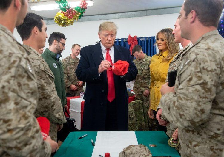 Trump visita a las tropas de EE. UU. en Irak por primera vez desde que es presidente