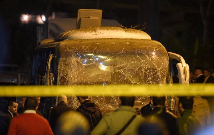 Autobús que viajaba a las pirámides de Giza fue atacado con una bomba; aumenta la cifra a 3 muertos