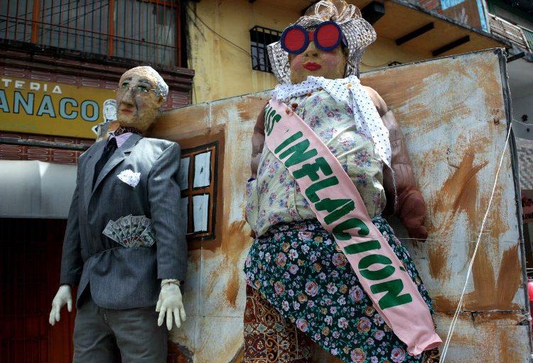 """La quema del Año Viejo: tradición venezolana que incluye a """"Miss Inflación"""" y la migración en masa"""