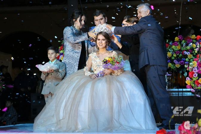 Coronan a Diana I como reina de la Feria Nacional de la Guayaba